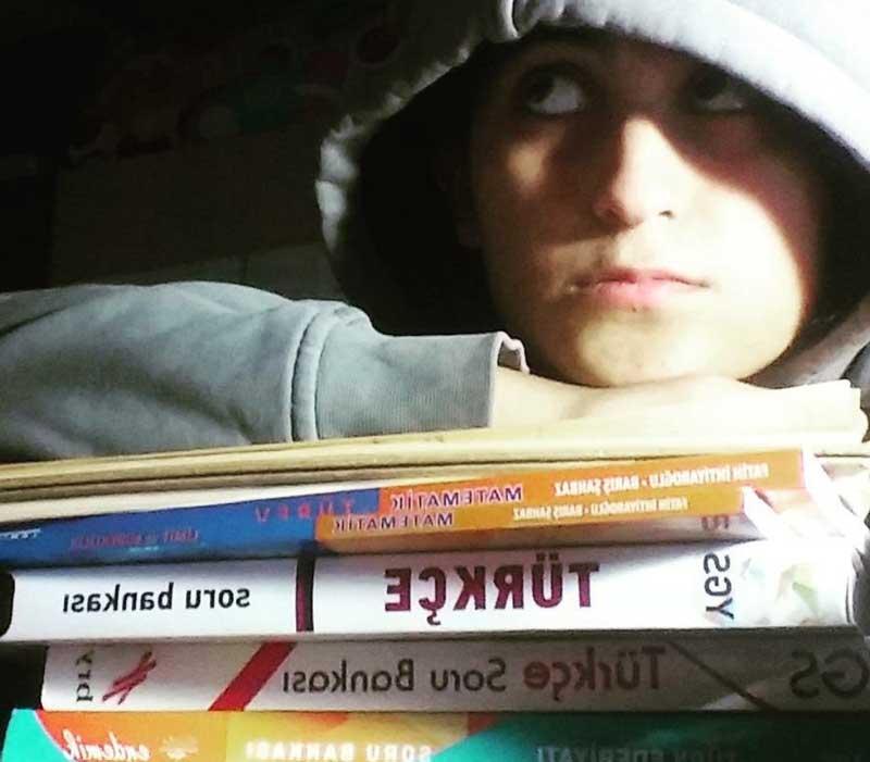 Görüldüğü gibi dinlenirken de kitaplarla bağımı koparmıyorum!!?!